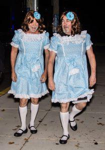 Bruce Willis travestito da gemelle Grady di Shining per Halloween - Neomag.