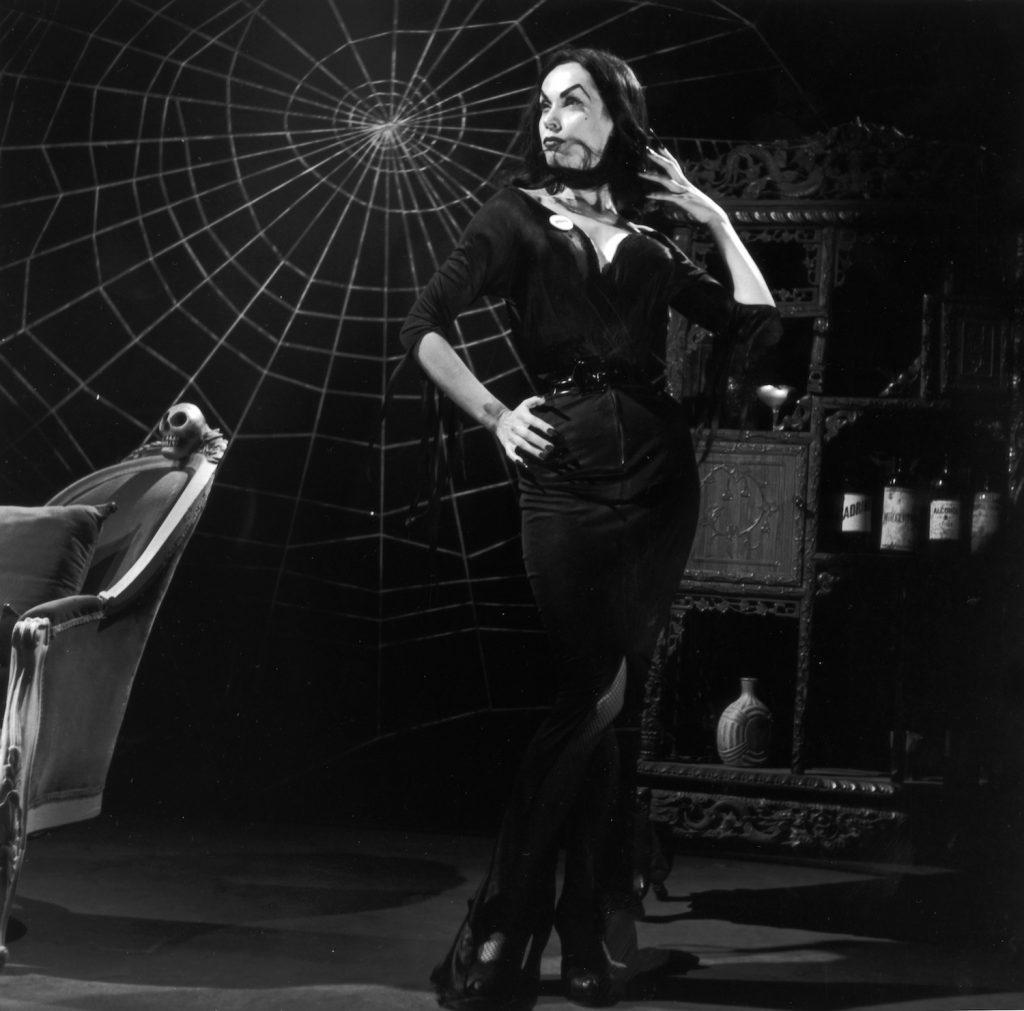 Maila Nurmi travestita da Vampira - Neomag.