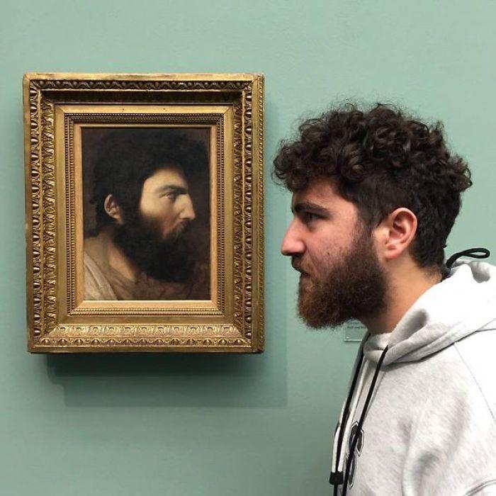 Sosia tra i quadri di un museo - Neomag.