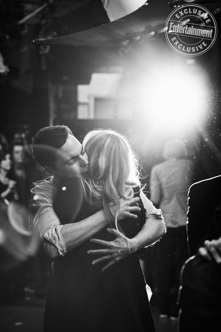 Jim Parsons abbraccia Kaley Cuoco - Neomag.