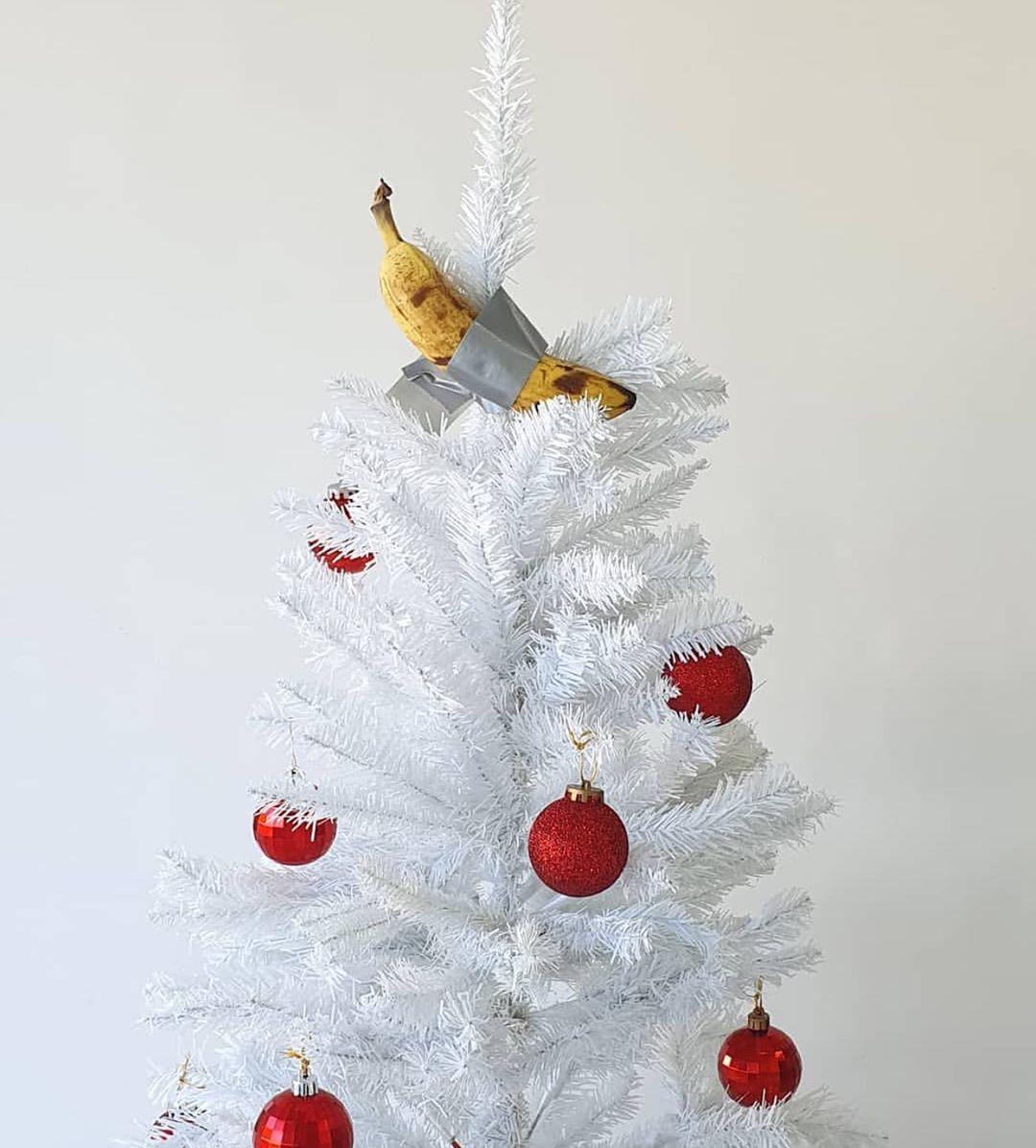 Banana di Cattelan su albero di Natale - Neomag.
