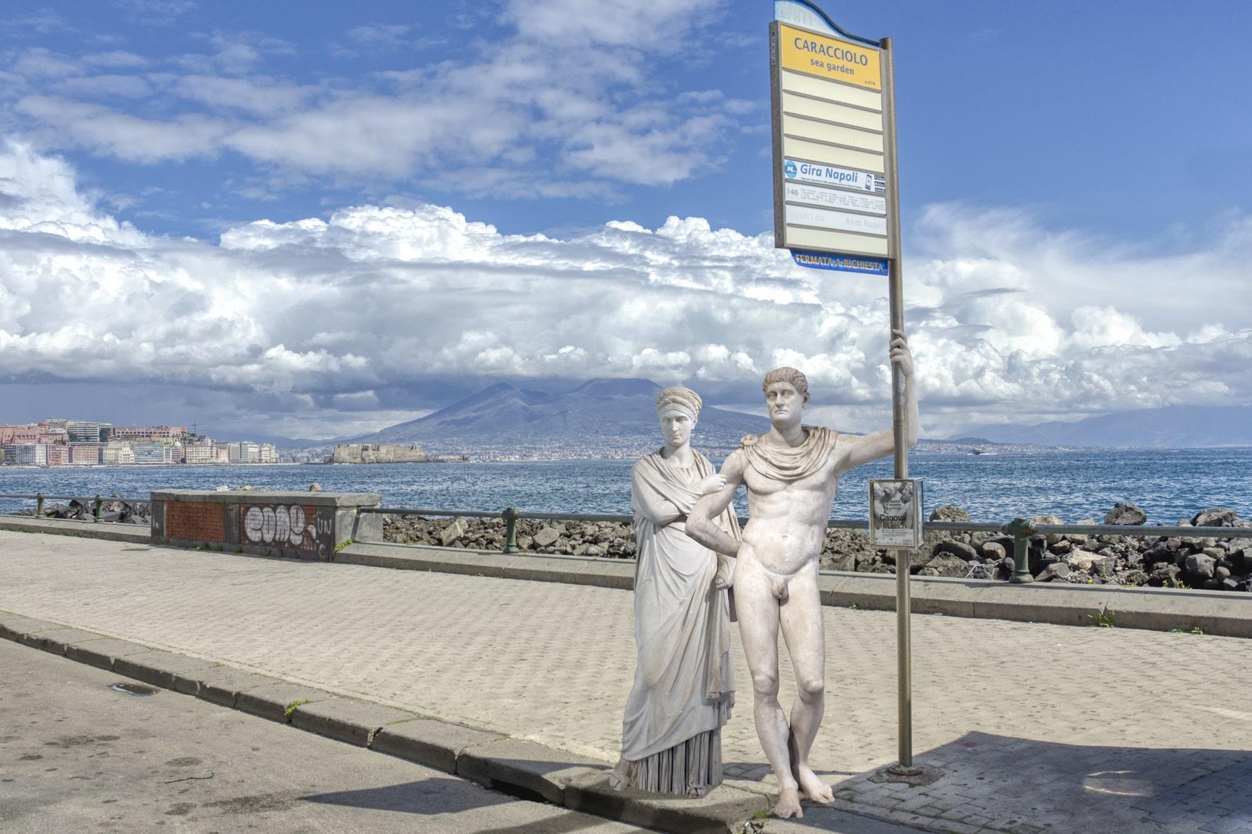 Statue alla fermata del bus - Neomag.