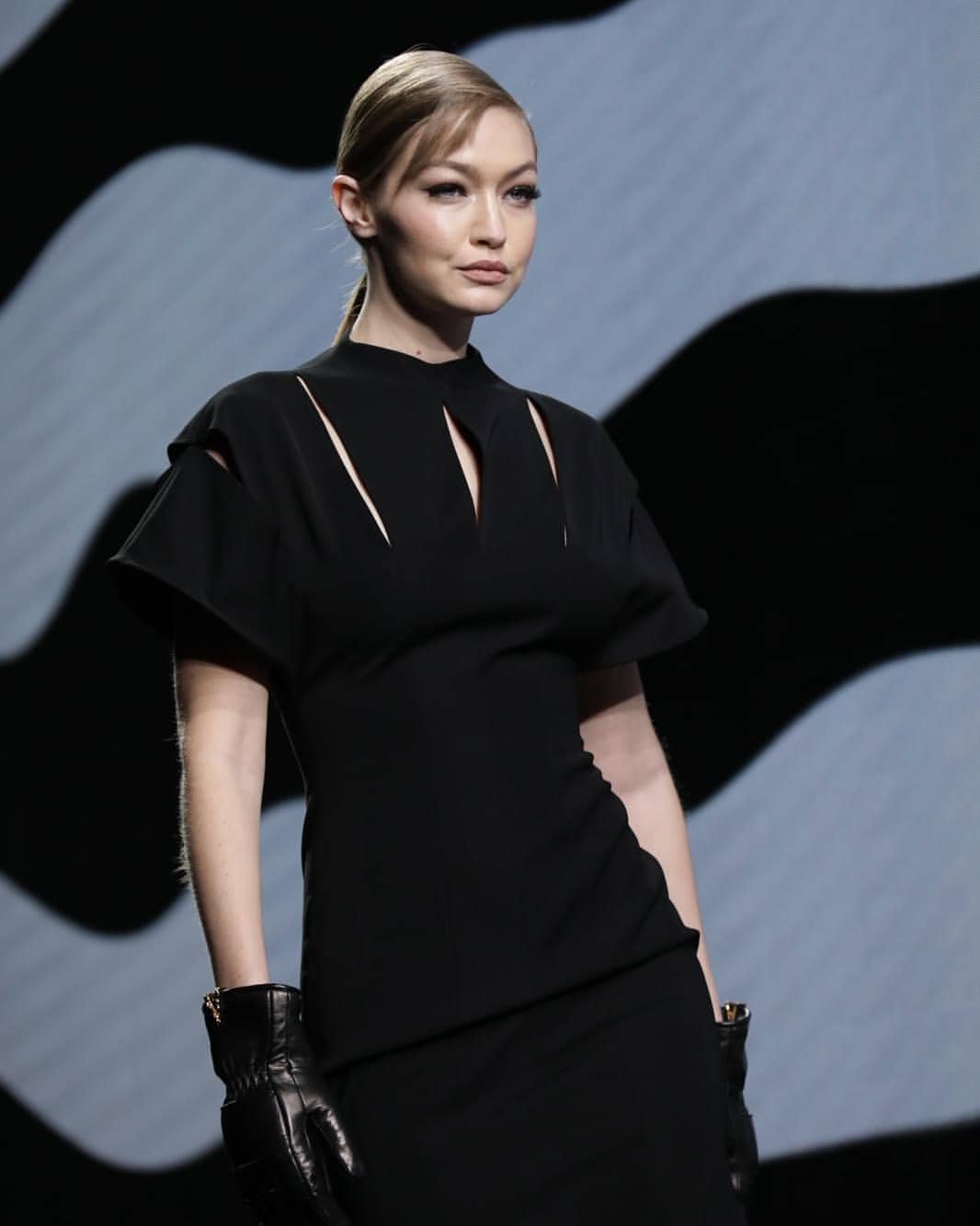 Gigi Hadid x Versace - Neomag.