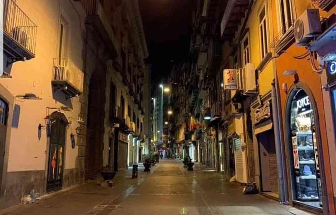 Via Chiaia deserta - neomag.