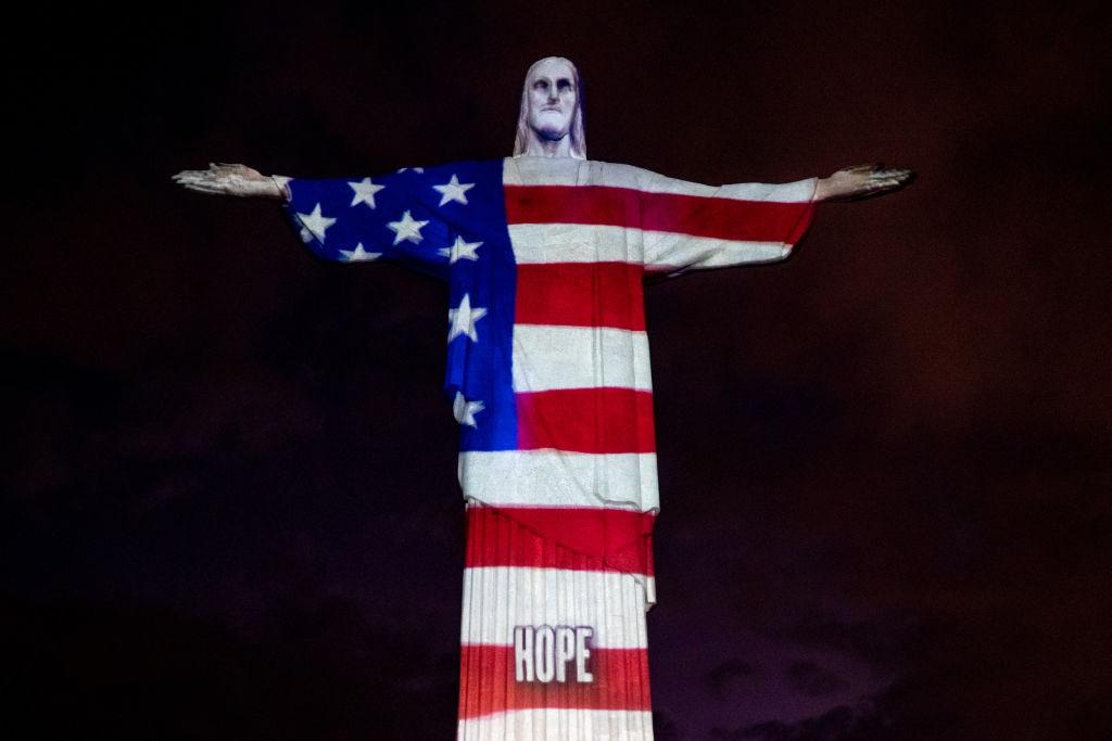 Statua di Rio con la Bandiera americana - neomag.