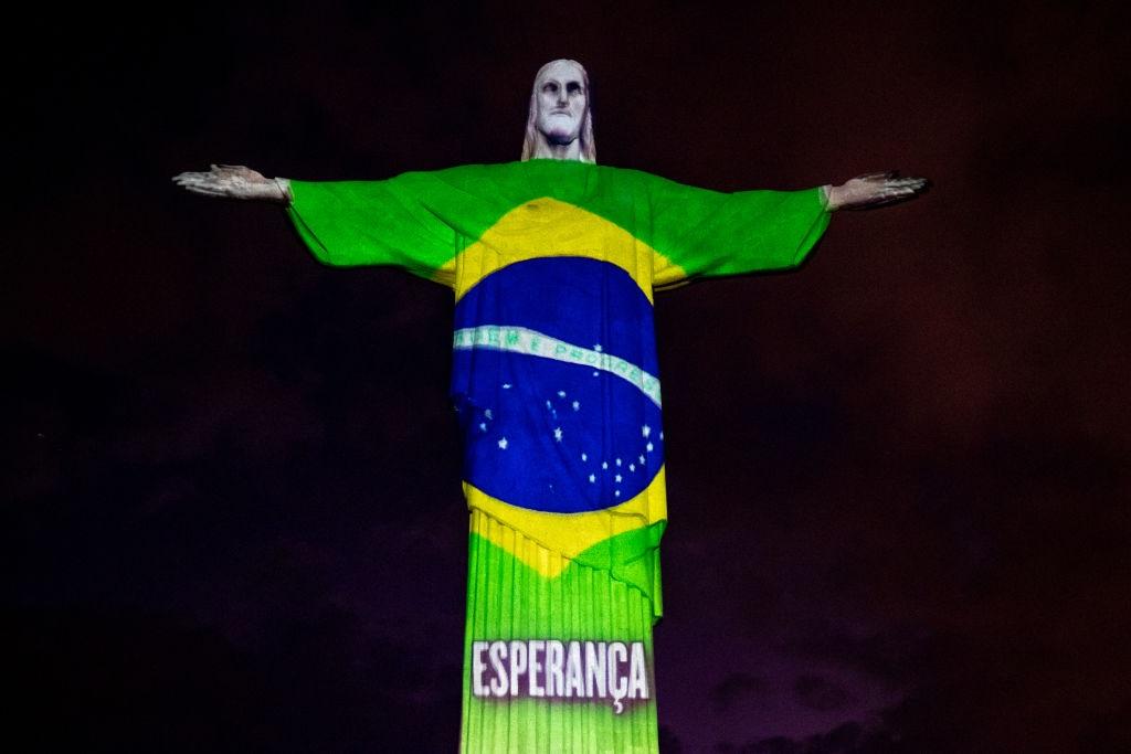 Statua di Rio con la Bandiera brasiliana - neomag.