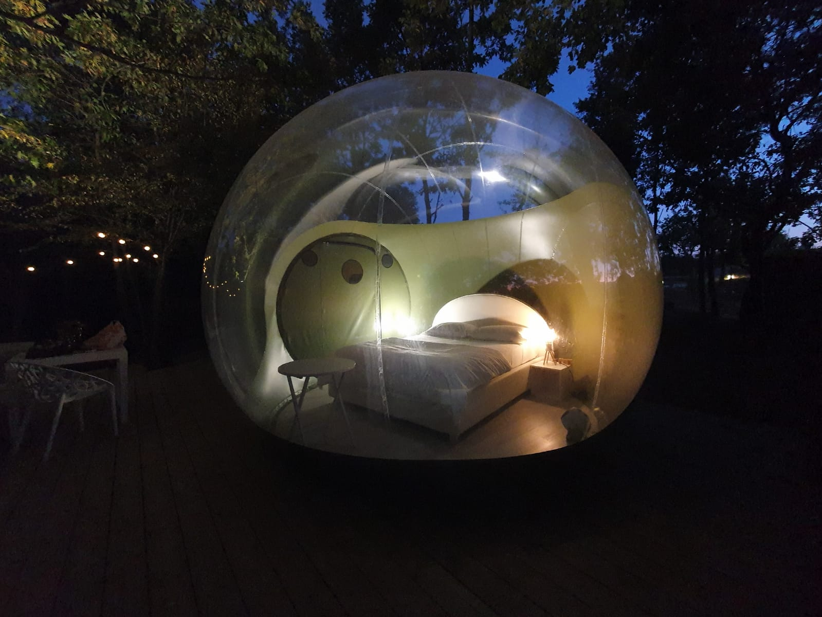 Atmosfera Bubble Glamping di notte - neomag.