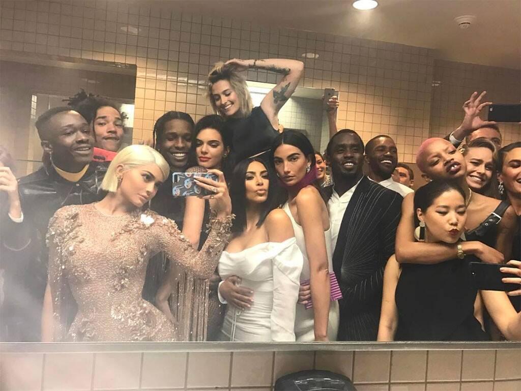 Selfie di Kylie Jenner al Met Gala - neomag.