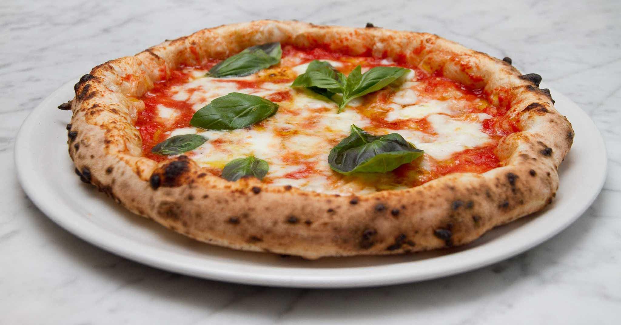 mangiare la pizza a Napoli - neomag.