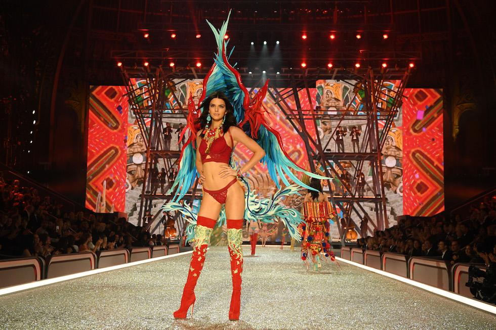 Kendall Jenner alla sfilata di Victoria's Secret - neomag.