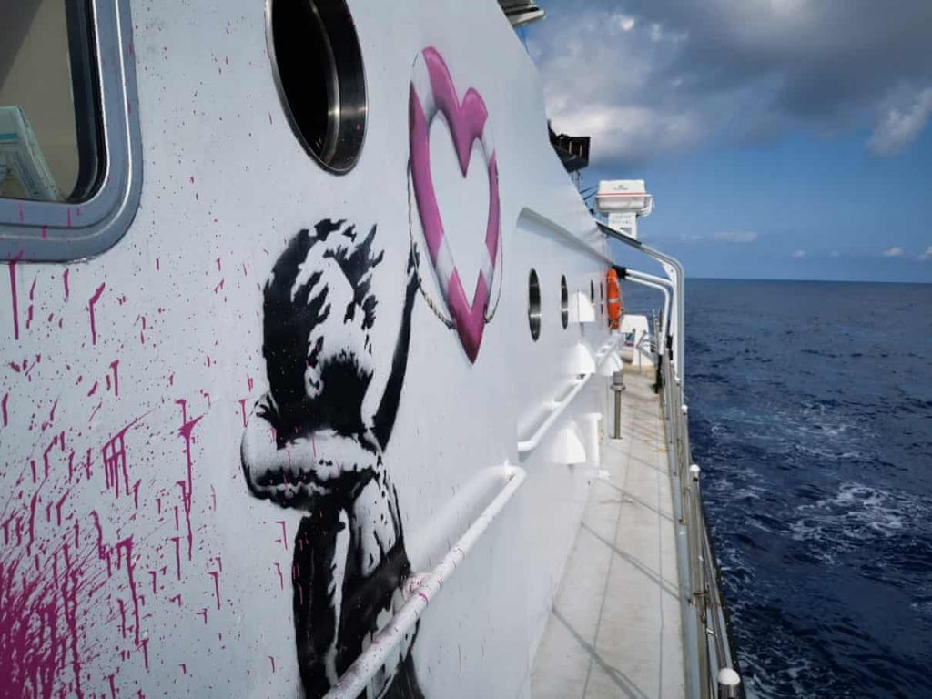 banksy finanzia una barca - neomag.