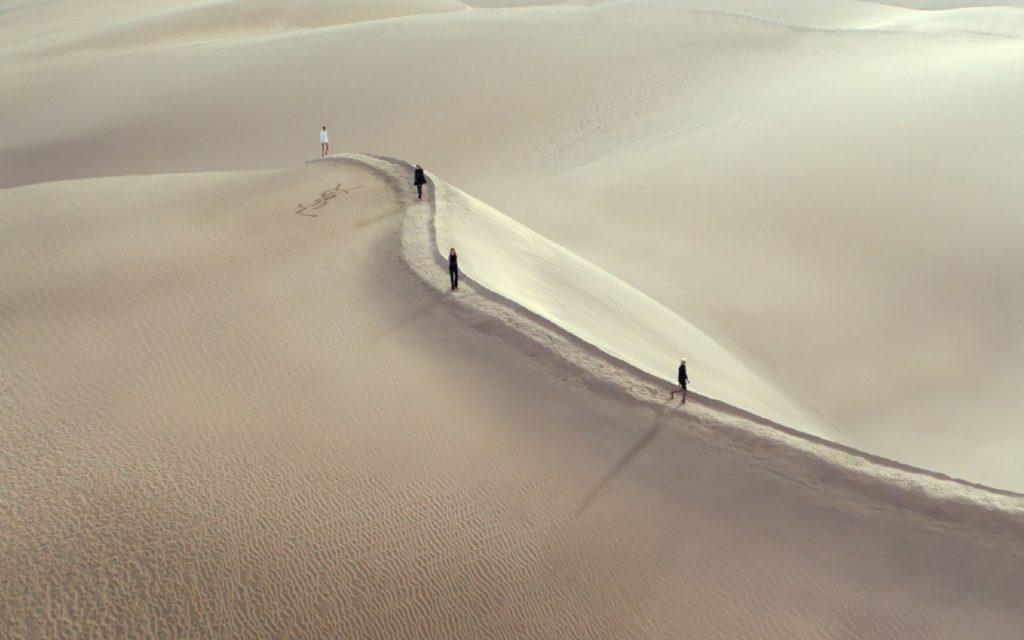 sfilata nel deserto di Saint Laurent - Neomag.