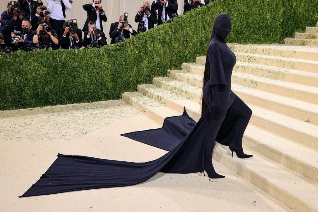 Kim Kardashian in Balenciaga - Neomag.